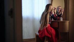 Mulher bonita que aplica a composição do rímel nos olhos video estoque