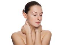 Mulher bonita que aplica o creme cosmético Foto de Stock