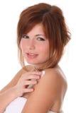 Mulher bonita que aplica o creme do moisturiser foto de stock