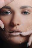 Mulher bonita que aplica o pó fêmea da composição foto de stock royalty free
