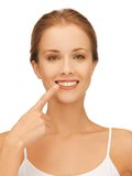 Mulher bonita que aponta aos dentes Foto de Stock Royalty Free
