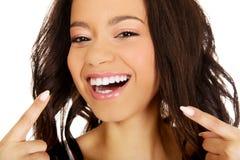 Mulher bonita que aponta aos dentes Imagens de Stock Royalty Free