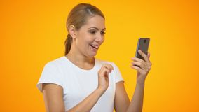 Mulher bonita que aponta no smartphone, aplicação bancária fácil, cliente satisfeito video estoque
