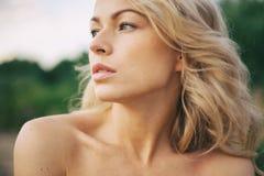 Mulher bonita que aprecia fora a natureza no vestido no hidromel do verão fotos de stock royalty free