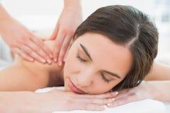 Mulher bonita que aprecia a massagem do ombro em termas da beleza Imagem de Stock Royalty Free