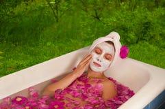 Mulher bonita que aprecia o banho floral Fotos de Stock