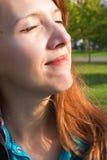 Mulher bonita que aprecia o calor do sol no crepúsculo Foto de Stock Royalty Free