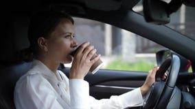 Mulher bonita que aprecia o carro da condução em estado de embriaguês do café filme