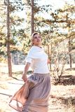 Mulher bonita que aprecia o dia do outono na floresta fotografia de stock royalty free