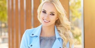 Mulher bonita que aprecia o dia ensolarado do outono Imagens de Stock