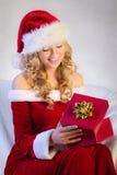 Mulher bonita que aprecia o presente de Natal foto de stock
