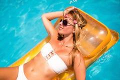 Mulher bonita que aprecia o recurso de verão imagem de stock royalty free
