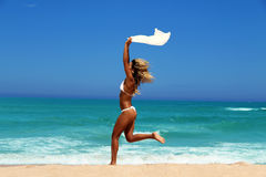 Mulher bonita que aprecia o sol na frente do oceano. Foto de Stock