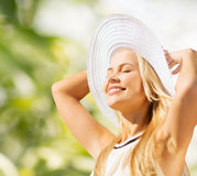 Mulher bonita que aprecia o verão fora fotos de stock royalty free