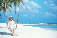 Mulher bonita que balança em uma praia tropical, ilha de Koh Phangan tailândia Foto de Stock
