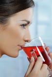 Mulher bonita que bebe o chá quente saudável foto de stock royalty free