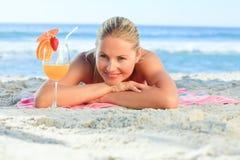 Mulher bonita que bebe seu cocktail Fotografia de Stock Royalty Free