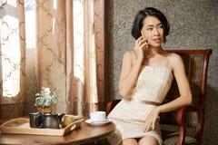 Mulher bonita que chama o telefone fotografia de stock royalty free