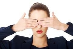Mulher bonita que cobre seus olhos Fotos de Stock Royalty Free