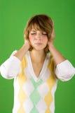 Mulher bonita que cobre suas orelhas imagem de stock
