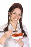 Mulher bonita que come com chopsticks imagem de stock
