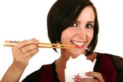 Mulher bonita que come FO chinesas Fotos de Stock