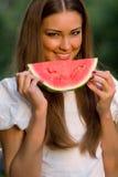 Mulher bonita que come a melancia ao ar livre Foto de Stock