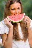 Mulher bonita que come a melancia ao ar livre Fotos de Stock