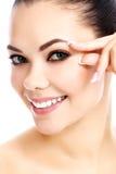 Mulher bonita que comprime a pele em sua cara imagens de stock royalty free