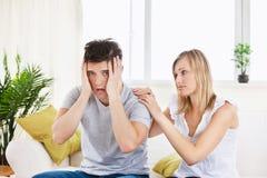 Mulher bonita que consola seu noivo forçado Fotos de Stock Royalty Free