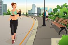 Mulher bonita que corre em um parque na cidade Imagem de Stock Royalty Free