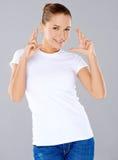 Mulher bonita que cruza seus dedos Fotos de Stock