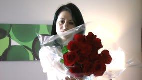 Mulher bonita que dá as flores que sentem culpadas vídeos de arquivo
