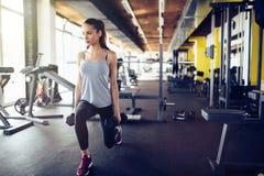 Mulher bonita que dá certo no gym Fotos de Stock Royalty Free