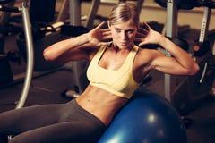 Mulher bonita que dá certo no gym - menina do ajuste na aptidão Imagem de Stock