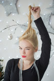 Mulher bonita que decora a árvore de Natal Fotografia de Stock Royalty Free
