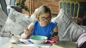 Mulher bonita que descansa durante o almo?o, sentando-se em um caf? Almo?o de neg?cio Movimento lento vídeos de arquivo