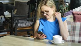 Mulher bonita que descansa durante o almo?o, sentando-se em um caf? Almo?o de neg?cio Movimento lento filme