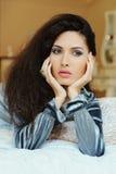 Mulher bonita que descansa no mau foto de stock royalty free