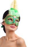 Mulher bonita que desgasta a máscara verde do carnaval foto de stock