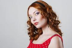 Mulher bonita que desgasta o vestido vermelho Foto de Stock
