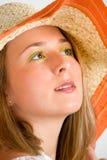 Mulher bonita que desgasta um chapéu de palha Foto de Stock Royalty Free