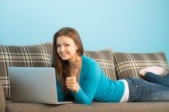 A mulher bonita que encontra-se com caderno mostra o polegar acima Imagens de Stock