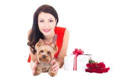 Mulher bonita que encontra-se com o yorkshire terrier do cão pequeno, presente BO foto de stock royalty free
