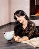 Mulher bonita que joga com um globo imagem de stock royalty free