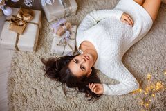 Mulher bonita que encontra-se no assoalho, o conceito do feriado do ano novo imagem de stock royalty free