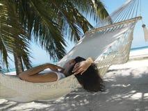 Mulher bonita que encontra-se no hammock Imagem de Stock