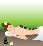 Mulher bonita que encontra-se uma terapia com as pedras quentes nos termas Imagem de Stock Royalty Free