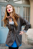 Mulher bonita que envia o beijo de sopro Fotos de Stock