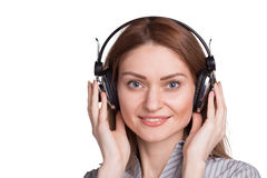 Mulher bonita que escuta a música através dos fones de ouvido Foto de Stock